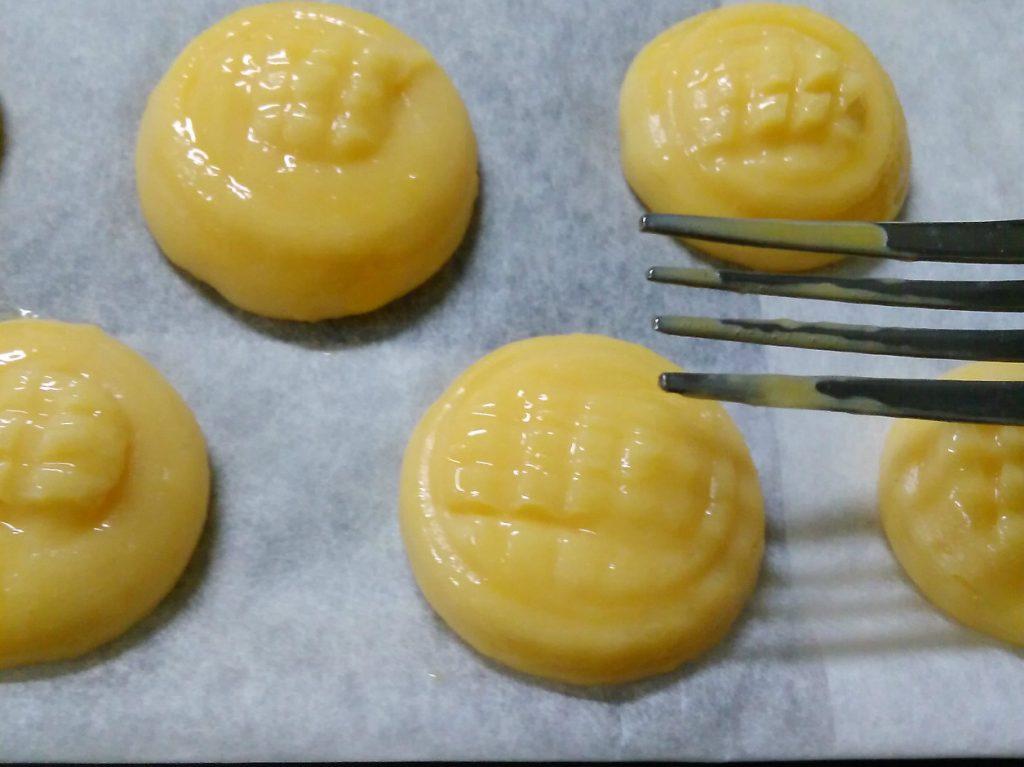 卵を塗った生地にフォークで格子状の跡をつける