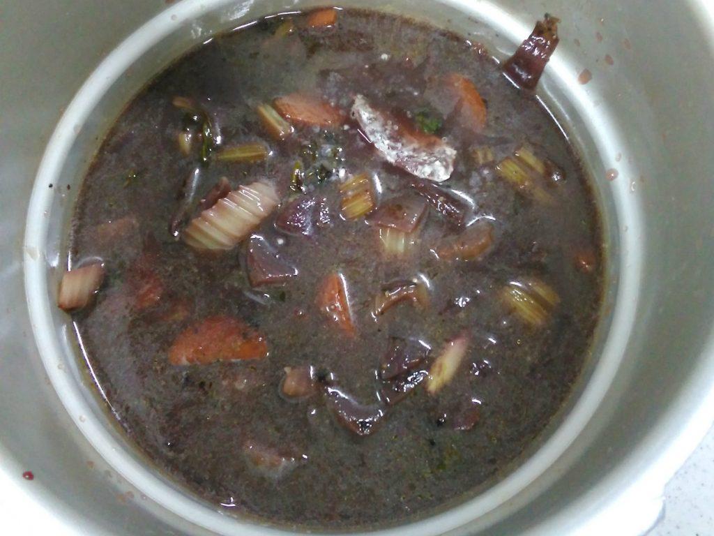 肉と野菜を柔らかくなるまで煮込む