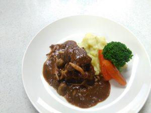 皿に盛りつけた牛肉の赤ワイン煮