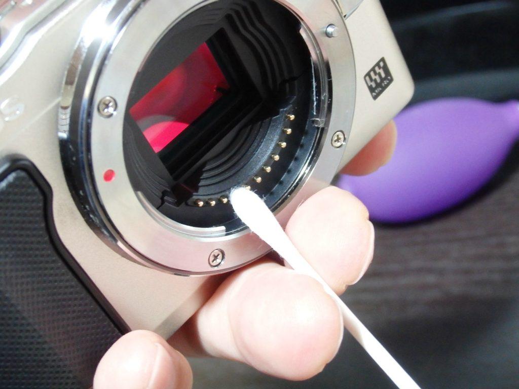 カメラのレンズ接点を麺棒で拭く