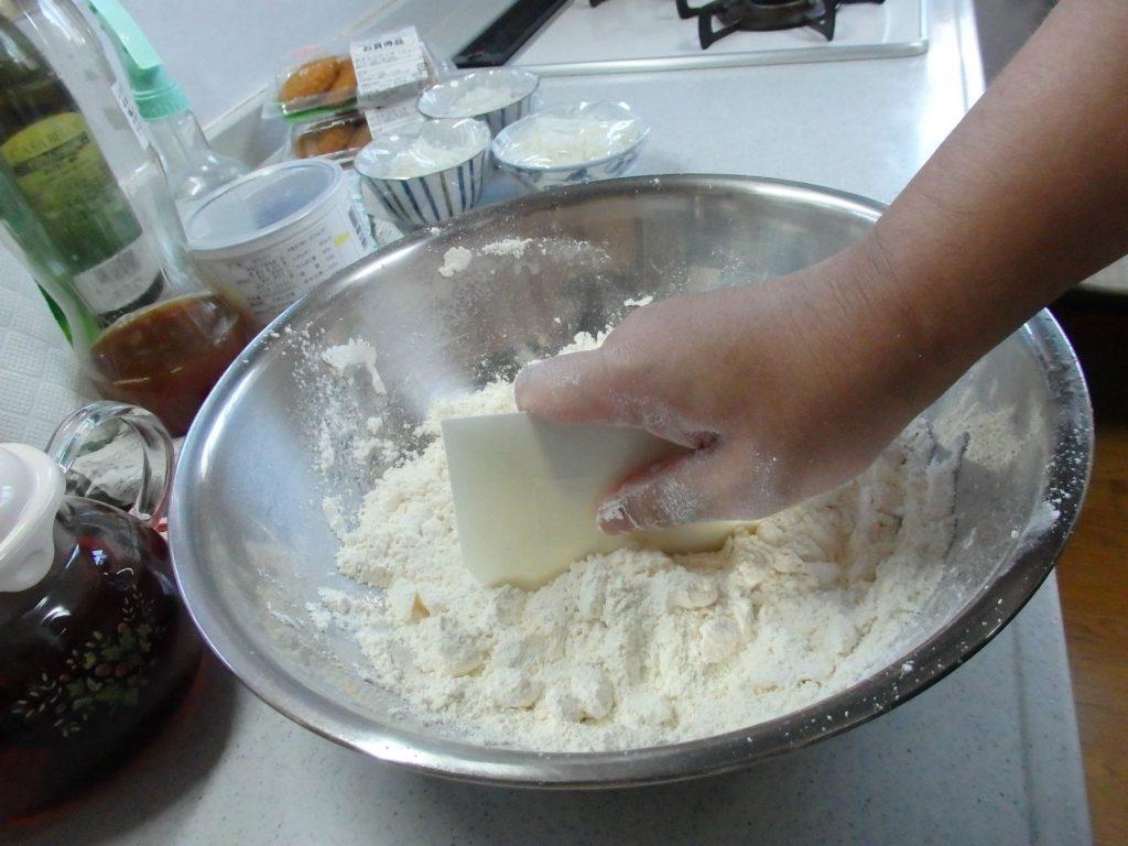 カードで刻むようにバターと粉を混ぜる